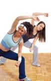 Exercice de deux joli filles de forme physique image stock