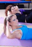 Exercice de femme à un centre de forme physique Photo libre de droits