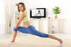 Exercice de femme en Front Of TV Photos libres de droits