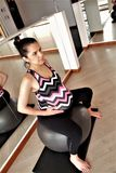 Exercice de femme enceinte se reposant sur une boule photos libres de droits