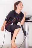 Exercice de femme sur l'électro machine de stimulation Images stock