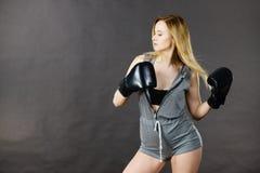 Exercice de fille de boxeur avec des gants de boxe photos stock