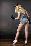 Exercice de fille de boxeur avec des gants de boxe photos libres de droits