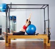 Exercice de fitball de réformateur de pilates de femme enceinte Image libre de droits