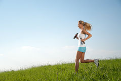 Exercice de forme physique de jeune femme Photo stock