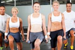 Exercice de gens en gymnastique Images libres de droits