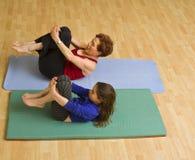 Exercice de grand-mère et d'enfant Images stock