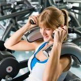 Exercice de jeune femme de centre de forme physique abdominal Photos stock