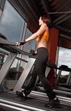 Exercice de jeune femme sur le tapis roulant Photo stock