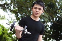Exercice de jeune homme photo stock