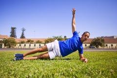 Exercice de jeune homme extérieur Photos stock