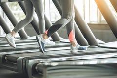 Exercice de jeunes femmes ensemble dans le gymnase images stock