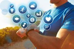 Exercice de l'homme vérifiant le traqueur d'activité avec des icônes de santé Images stock
