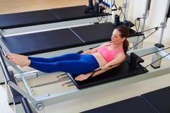 Exercice de la femme cent de réformateur de Pilates image libre de droits