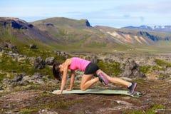 Exercice de la femme de forme physique faisant des exercices Photo stock