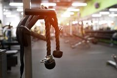 Exercice de la machine au centre de fitness moderne Photo stock