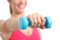 Exercice de levage de poids de femme de forme physique aérobie Photographie stock
