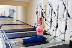 Exercice de rangée d'aviron de femme de réformateur de Pilates images libres de droits