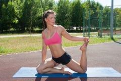 Exercice de relaxation de femme photo libre de droits