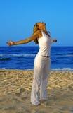 Exercice de relaxation sur la plage image stock
