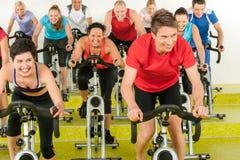 Exercice de rotation de gens de sport de classe à la gymnastique Photographie stock