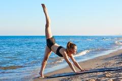 Exercice de séance d'entraînement de yoga de Pilates extérieur sur la plage photographie stock