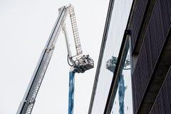 Exercice de sapeurs-pompiers dans la grue de camion de pompiers photographie stock