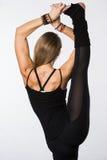 Exercice de sports d'isolement sur le fond blanc La belle femme s'est habillée dans les vêtements de sport, faisant étirant des j Photographie stock libre de droits
