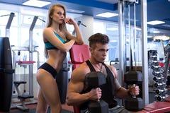 Exercice de type et son amie se tenant après Photo libre de droits