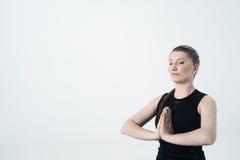 Exercice de yoga de jeune femme Image libre de droits