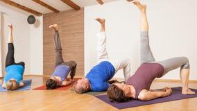 Exercice de yoga - Eka Pada Setu Bandha Sarvangasana Photos libres de droits
