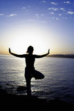Exercice de yoga sur la plage Images stock