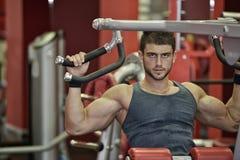 exercice des jeunes d'homme de gymnastique photo stock