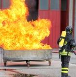 Exercice des sapeurs-pompiers avec un réservoir plein de flammes et très chaud photos stock