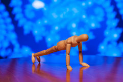 Exercice en bois de figurine de muet, de mannequin ou d'homme Image libre de droits