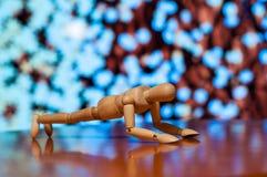 Exercice en bois de figurine de muet, de mannequin ou d'homme Images stock