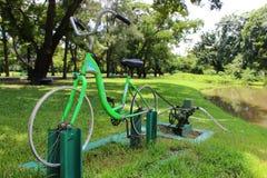 Exercice et économie d'énergie de la pompe à eau de bicyclette de DIY 2in1 photos libres de droits