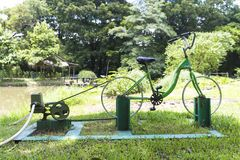 Exercice et économie d'énergie de la pompe à eau de bicyclette de DIY 2in1 photographie stock