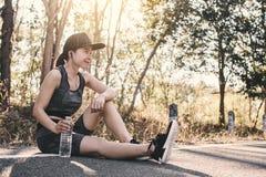 Exercice et repos de femme sur la route image libre de droits
