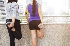 Exercice et séance d'entraînement de sport pour le concept sain Échauffement de peuples avant le fonctionnement photo libre de droits