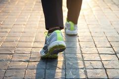 Exercice extérieur de marche de femme photos stock