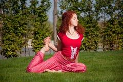 Exercice extérieur de yoga Photos libres de droits