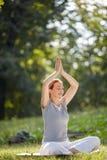 Exercice faisant femelle de méditation Photos libres de droits