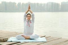 Exercice faisant femelle de yoga extérieur en parc de ville Image stock