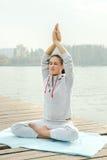 Exercice faisant femelle de yoga extérieur en parc de ville Photos libres de droits