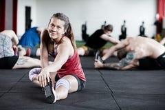 Exercice femelle avec des amis dans le centre de fitness Image stock