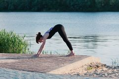 Exercice femelle convenable de yoga de pratique dans l'ouvert photo libre de droits