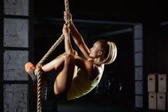 Exercice femelle d'athlète de crossfit Photos stock