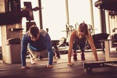 Exercice fonctionnant de couples au gymnase Image stock