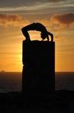 Exercice pendant le coucher du soleil Image libre de droits